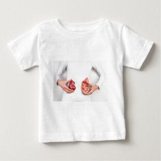 T-shirts Mãos que guardaram o modelo do órgão humano do rim
