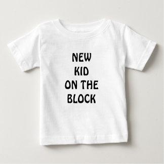 T-shirts Miúdo novo na roupa do bebê do bloco