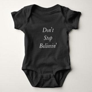 T-shirts Não pare o equipamento do bebê de Believin