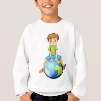 T-shirts Rapaz pequeno que senta-se no planeta azul