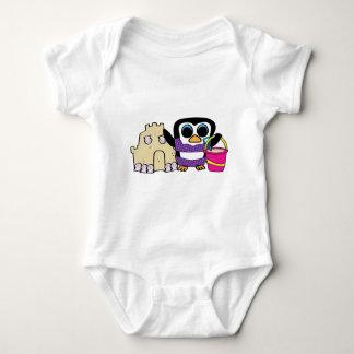 T-shirts Sandcastle da construção do pinguim da menina
