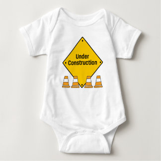 T-shirts Sob a construção com cones