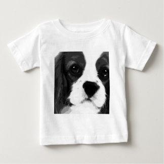 T-shirts Um spaniel de rei Charles descuidado preto e