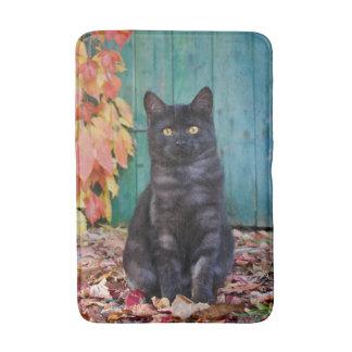 Tapete De Banheiro O gatinho bonito do gato preto com vermelho sae da