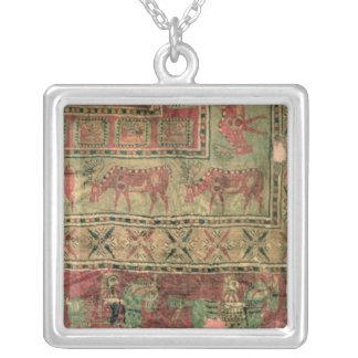 Tapete de pilha que descreve cavalos e cavaleiros colar banhado a prata