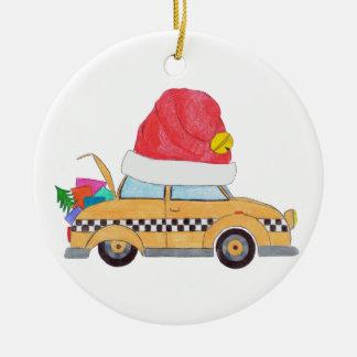 Táxi amarelo do Natal com presentes Ornamento De Cerâmica Redondo