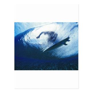 Tempo surfando na praia cartão postal