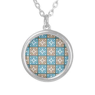 Teste padrão azul e marrom dos quadrados colar banhado a prata
