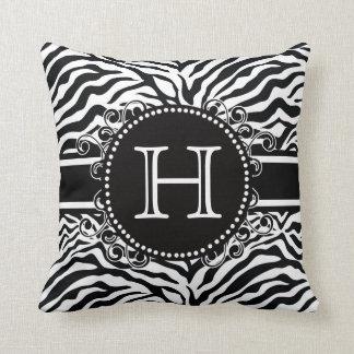 Teste padrão da zebra com o monograma legal e cora travesseiros