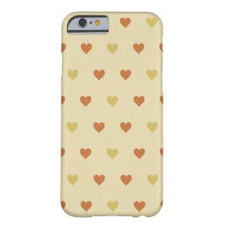 Teste padrão do coração do vintage - fundo bege capa iPhone 6 barely there