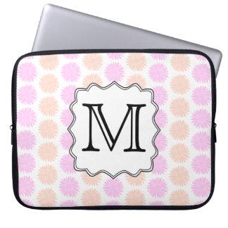 Teste padrão floral bonito com letra feita sob enc capas de notebook