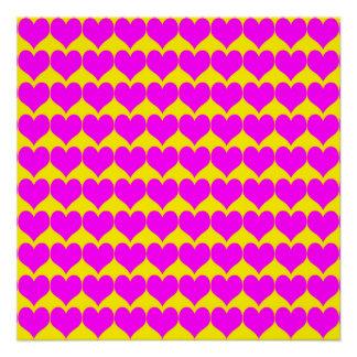 Teste padrão Fundo amarelo com corações cor-de-ro