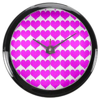 Teste padrão Fundo branco com corações cor-de-ros