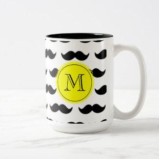 Teste padrão preto do bigode, monograma amarelo caneca