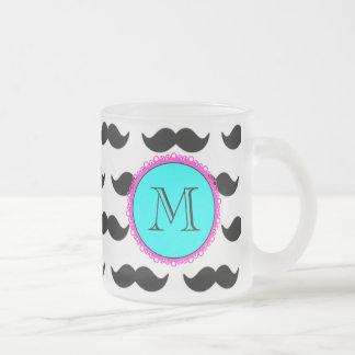 Teste padrão preto do bigode, monograma cor-de-ros canecas