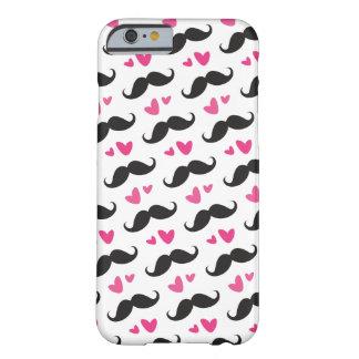 Teste padrão preto na moda do bigode com corações capa iPhone 6 barely there