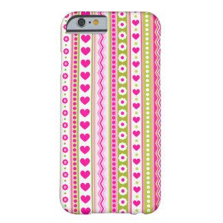 Teste padrão verde cor-de-rosa abstrato + corações capa barely there para iPhone 6