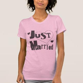 Texto preto com o Tshirt do recem casados do