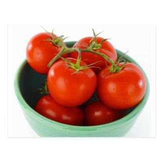 Tomates na videira na imagem da bacia cartão postal