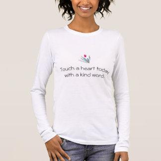 Toque em um coração hoje com uma camisa amável da