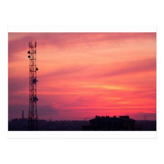 Torre celular no por do sol cartão postal