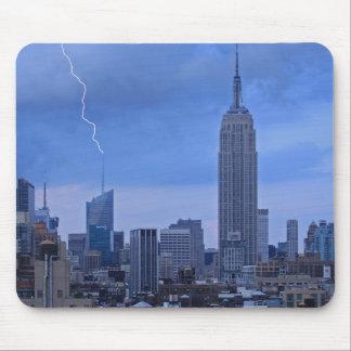Torre NYC do Banco Americano batida pelo relâmpago Mouse Pad