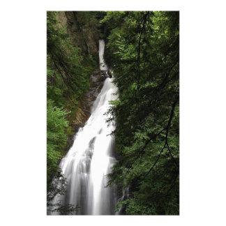 Torrente de fluxo branca da cachoeira papel personalizado