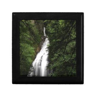 Torrente de fluxo branca da cachoeira porta treco