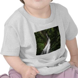 Torrente de fluxo branca da cachoeira t-shirts