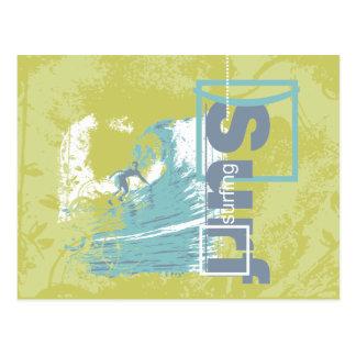 Trave o camiseta surfando e os presentes de uma cartão postal