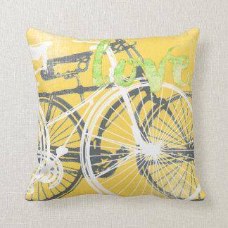 Travesseiro amarelo e branco do amor da bicicleta