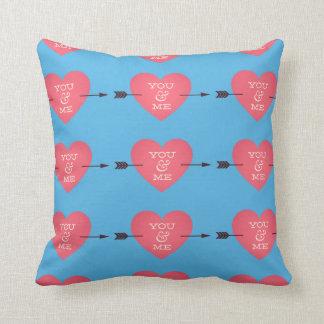 Travesseiro cor-de-rosa e azul do coração do amor