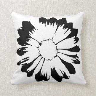 Travesseiro da flor preta & branca