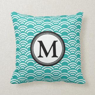Travesseiro decorativo do monograma do Scallop do Almofada
