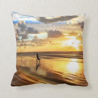 Travesseiro decorativo dourado do por do sol do