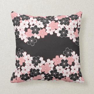 Travesseiro decorativo elegante do teste padrão de