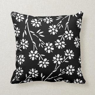 Travesseiro decorativo floral preto e branco
