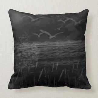 Travesseiro decorativo preto & branco do impressão