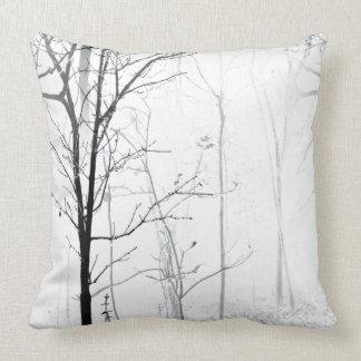 Travesseiro decorativo preto e branco minimalista