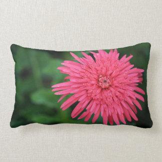 Travesseiro decorativo verde com uma flor almofada lombar