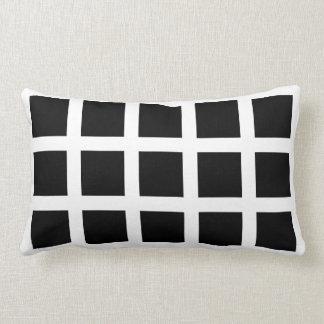 Travesseiro dos quadrados brancos e pretos