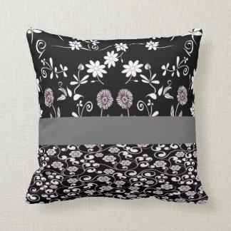 travesseiro floral preto e branco almofada