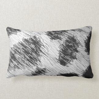Travesseiro manchado de n animal branco preto