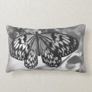Travesseiro preto e branco da borboleta