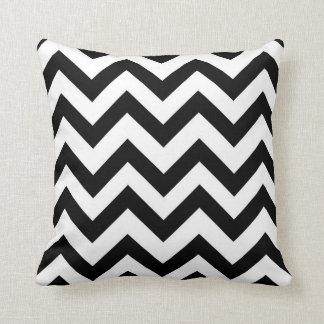 Travesseiro preto e branco da viga
