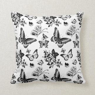 Travesseiro preto e branco do design da borboleta