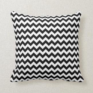 Travesseiro preto e branco do quadrado de Chevron