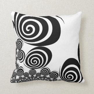 Travesseiro preto e branco do redemoinho do