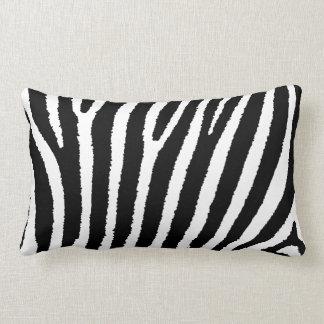 Travesseiro preto e branco listrado do impressão d