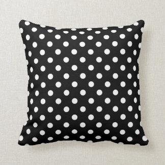Travesseiros das bolinhas em preto e branco